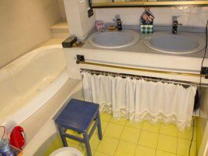bagno con vasca e lavabi